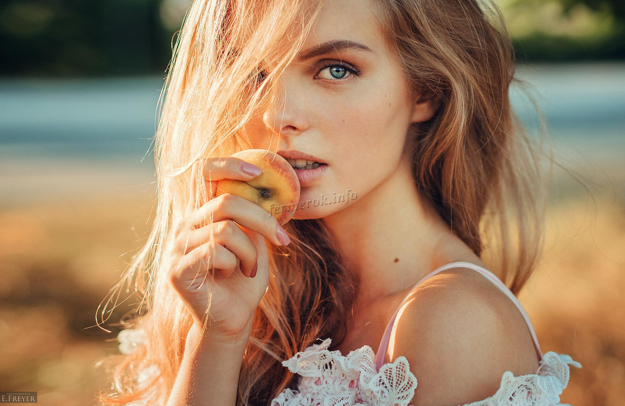 Девушка с персиком