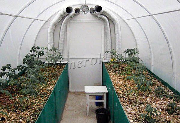 В теплице на теплой грядке можно выращивать урожай даже в морозную зиму
